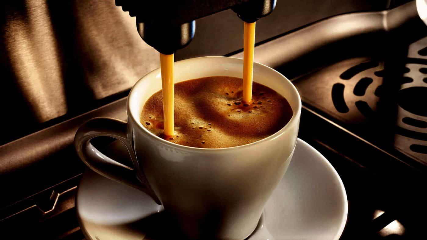 Pha Cà phê sữa bằng máy pha chế